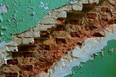 Peinture d'épluchage et murs de briques en place où il y avait une échelle, la texture diagonale du mur avec des restes de brique Photo stock