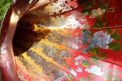 Peinture d'épluchage sur le klaxon d'un phonographe Photo libre de droits