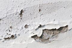 Peinture d'épluchage sur le mur en béton blanc Images stock