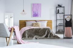 Peinture d'accrocher au-dessus du double lit Photos stock
