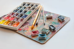 Peinture d'aquarelle et une palette avec des brosses photo libre de droits