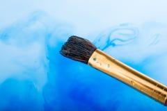 Peinture d'aquarelle se dissolvant dans l'eau photo stock