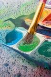 Peinture d'aquarelle se dissolvant dans l'eau photographie stock