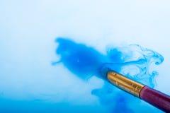 Peinture d'aquarelle se dissolvant dans l'eau Photographie stock libre de droits