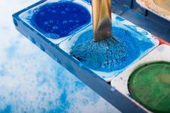 Peinture d'aquarelle se dissolvant dans l'eau photos stock