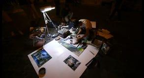 Peinture d'artiste de rue la nuit devant les touristes Beaux vieux hublots à Rome (Italie) banque de vidéos