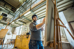 Peinture d'artiste/professeur sur une toile avec un trépied en bois image stock