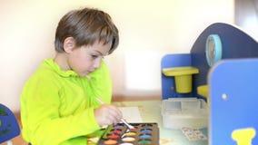 Peinture d'enfant au jardin d'enfants clips vidéos