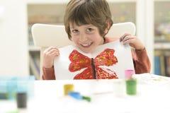 Peinture d'enfant au jardin d'enfants image libre de droits