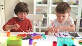 Peinture d'enfant au jardin d'enfants banque de vidéos