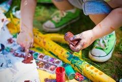 Peinture d'enfant avec des mains Photographie stock