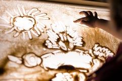 Peinture d'enfant avec le sable sur la table Photos libres de droits