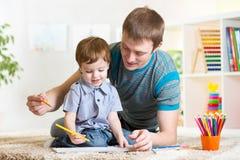 Peinture d'enfant dans la crèche à la maison image libre de droits