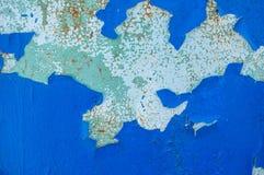 Peinture d'outre-mer bleue sur la vieille surface floconneuse du ciment photo stock