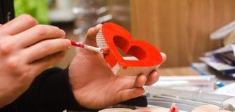 Peinture d'un coeur en bois, jour du ` s de St Valentine Images libres de droits