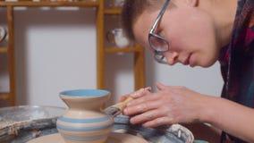 Peinture d'un vase sur une roue de poterie banque de vidéos