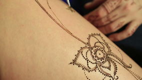 Peinture de corps de henné Vue du processus, plan rapproché banque de vidéos