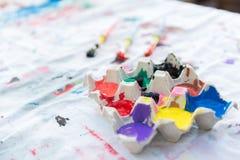 Peinture de couleur dans le carton d'oeufs Image stock