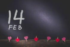 Peinture de dates accrochante et 14 de coeur sur le fond avec l'espace de copie dedans Image libre de droits