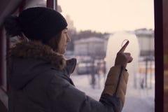 Peinture de doigt de fille sur le coeur en verre Photographie stock