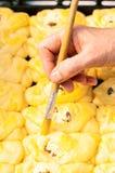 Peinture de femme avec des tartes de lait caillé de jaune Images libres de droits
