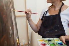 Peinture de femme sur la toile dans la classe de dessin photo stock