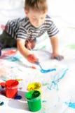 Peinture de garçon, orientation sur des bidons Photographie stock libre de droits