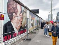 Peinture de graffiti d'embrasser Brezhnev et Honecker sur le côté est Photo stock