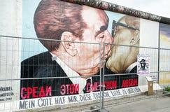 Peinture de graffiti d'embrasser Brezhnev et Honecker sur le côté est Photographie stock