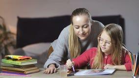 Peinture de l'adolescence de fille avec sa mère à la maison banque de vidéos