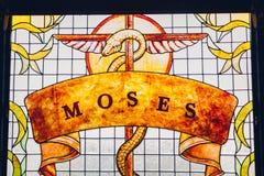 Peinture de Moïse sur la fenêtre en verre teinté Serpent d'airain sur le bâton images stock