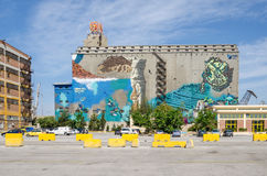 Peinture de mur sur un vieux des bâtiments de silo et de docks secs Photo libre de droits