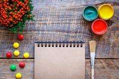 Peinture de passe-temps - le lieu de travail avec les crayons colorés, gouache cogne Photos stock