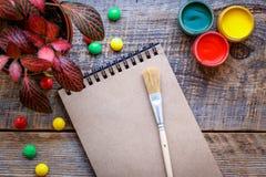 Peinture de passe-temps - le lieu de travail avec les crayons colorés, gouache cogne Photos libres de droits