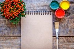 Peinture de passe-temps - le lieu de travail avec les crayons colorés, gouache cogne Image libre de droits