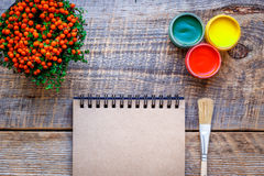 Peinture de passe-temps - le lieu de travail avec les crayons colorés, gouache cogne Photographie stock libre de droits