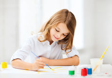 Peinture de petite fille à l'école Photos stock