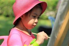 Peinture de petite fille dans le jardin Images libres de droits