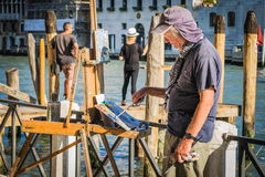 Peinture de professeur dans la frontière du canal grand Venise, Italie Photos libres de droits