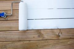 Peinture de rouleau sur le bois de construction Image libre de droits