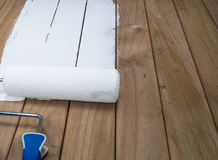 Peinture de rouleau sur le bois de construction Photo stock