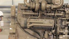 Peinture de travailleur avec un pistolet de pulvérisation Industrie lourde - peinture industrielle clips vidéos