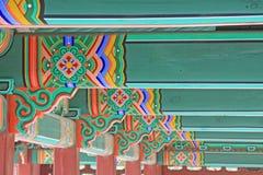 Peinture du bois de faisceau de toit de la Corée photos stock