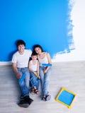 Peinture du mur par le famille heureux Photographie stock libre de droits