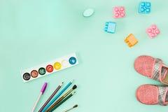 Peinture et balais De nouveau au concept d'école Photo stock