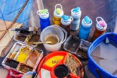 Peinture et boîtes de peinture, utilisées sur l'oeuvre d'art Photographie stock libre de droits