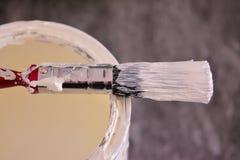 Peinture et brosse blanches Photos stock