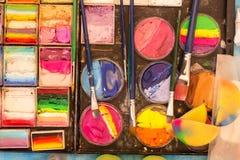 Peinture et brosses d'olor de ¡ de Ð sur la fin de la palette de l'artiste  Dessin, créativité, art photo stock