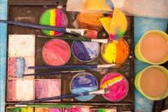 Peinture et brosses de couleur sur la palette Lieu de travail du ` s d'artiste Dessin, créativité, art image stock