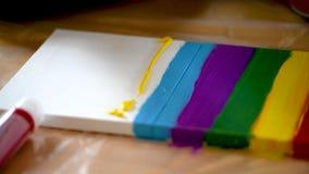 Peinture femelle d'artiste avec des couleurs acryliques sur la toile clips vidéos
